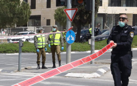 שוטרים אוכפים סגר