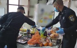 שוטרים רכשו מוצרי מזון לזוג קשישים לחג הפסח
