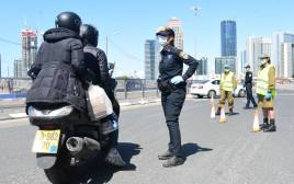 קורונה: מחסום משטרתי לאכיפת הסגר על ישראל
