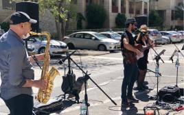 להקת עובדי הסוכנות היהודית במופע רחוב מול בית גיל הזהב בירושלים