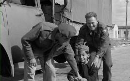 """חיילי צה""""ל מסייעים במעברה, 1950"""
