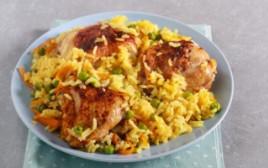 בואו נעשה את זה קל – תבשיל עוף עם אורז אפונה וגזר בתבנית אחת