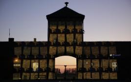 השלטים המוקרנים על שער מחנה ההשמדה בירקנאו