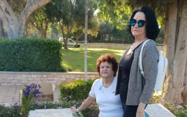 מיכל אלטמן ולאה שפיץ על קברו של אברהם מנחם הרמן