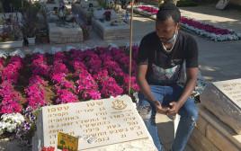 """יטימן טספו לצד קברו של אחיו שטו ז""""ל"""