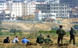 """חיילי צה""""ל ופלסטינים ליד נצרים"""