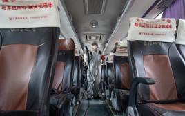 קורונה - חיטוי אוטובוס נוסעים בווהאן, סין