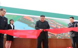קים ג'ונג און בטקס חנוכת מפעל הדשנים