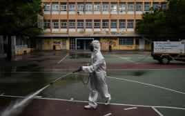 קורונה - חיטוי בית ספר באתונה