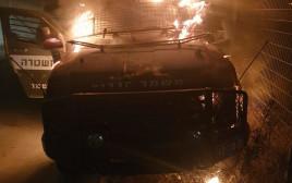 """רכב של מג""""ב נשרף בעקבוץ השלכת בקבוקי תבערה"""