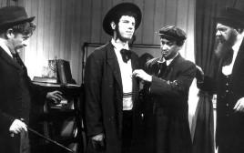 """מייק בורשטיין מתוך הסרט """"שני קונילמל"""", 1966"""