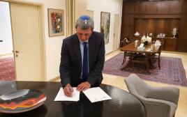 הרב רפי פרץ חותם על ההסכם הקואליציוני עם הליכוד