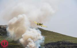 מטוס כיבוי אווירי פועל במוקד השריפה באוריה