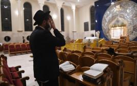 חוזרים לשגרת תפילה בבתי הכנסת בתל אביב