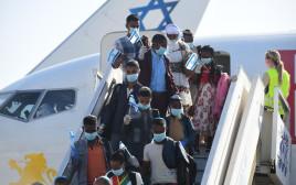 """עולים חדשים מאתיופיה עם מסכות בנתב""""ג"""