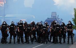 """שוטרים בהפגנות בארה""""ב"""