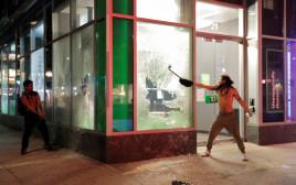 """מהומות בארה""""ב במחאה נגד אלימות שוטרים"""