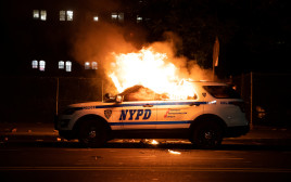 """המהומות בארה""""ב: ניידת משטרה בניו יורק עולה באש"""
