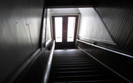 חדר מדרגות חשוך(צילום: שאטרסטוק)