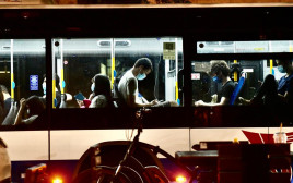 קורונה - אנשים עם מסכה באוטובוס בתל אביב (למצולמים אין קשר לנאמר בכתבה)