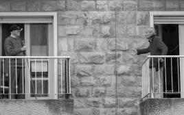 """קשישים משוחחים מהמרפסת, מתוך פרויקט """"חיבור מצולם"""""""