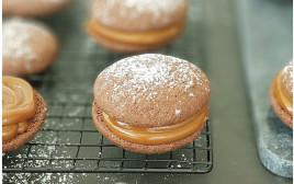 עוגיות סנדוויץ' שוקולד במילוי קרם ריבת חלב–קפה
