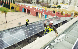 הקמת מתקן האנרגיה הסולארית על גג בית ספר באשדוד