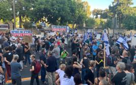 """מחאת """"הדגלים השחורים"""" מחוץ למעון רה""""מ"""