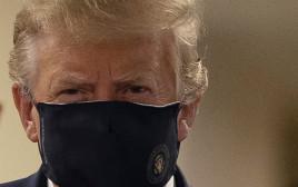 דונלד טראמפ עוטה לראשונה מסכה בפומבי
