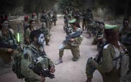 קצינה וחיילים בגדוד קרקל