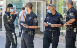 שוטרים אוכפים את הנחיות הקורונה בירושלים