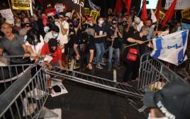 """ההפגנות מחוץ למעון רה""""מ"""