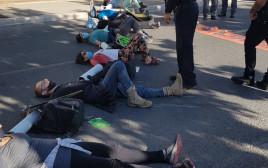 המפגינים חוסמים את התנועה סמוך למשכן הכנסת