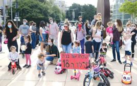 הורים מפגינים על סגירת הגנים