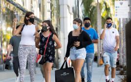קורונה - אנשים עם מסכה מטיילים ברחובות קליפורניה (למצולמים אין קשר לנאמר בכתבה)