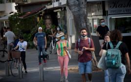אנשים ברחוב מזלזלים בהנחיות חבישת מסכה