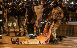 שוטר גורר מפגין בהפגנות בבלארוס