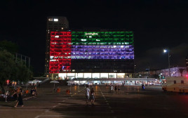 דגל איחוד האמירויות הערביות על בניין עיריית תל אביב