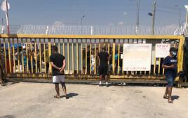 מפגינים מחוץ לשער קיבוץ ניר דוד במאבק על נחל האסי