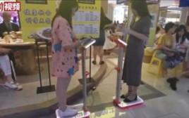 סועדים נשקלים במסעדה בסין