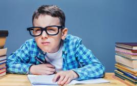 למרות שילדים רבים הנעזרים במשקפיים סובלים מלעג, ניתן לעבור ניתוח לייזר להסרתם רק מגיל 18