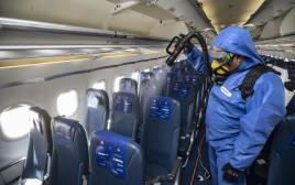 קורונה - חיטוי מטוס נוסעים אחרי טיסה (למצולם אין קשר לנאמר בכתבה)