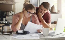 בני זוג בחובות