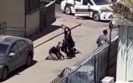 """חדש לפיגוע דקירה בפ""""ת: רגע לכידת המחבל"""