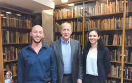 הסטודנטית למה מנצור, מזכיר הקרן בישראל דורון ובר והסטודנט בן לוריא