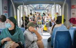 קשישים עם מסכה ברכבת הקלה בירושלים קורונה מסיכה