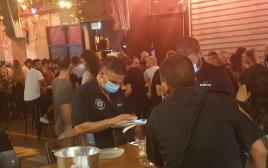 שוטרים אוכפים את הנחיות ביפו