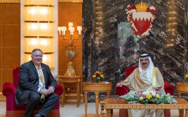 מזכיר המדינה פומפאו ומלך בחריין חמד בן עיסא אל-ח'ליפה