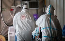 """קורונה - צוות מד""""א סמוך לבית החולים שערי צדק (למצולמים אין קשר לנאמר בכתבה)"""