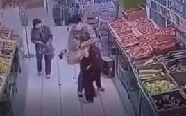 מלכת היופי תוקפת את העובדת בחנות